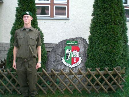 Michael vor der Unterkunft mit Kompanie-Wappen