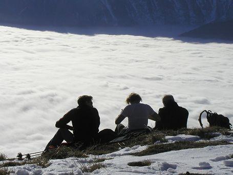 Schlenken Gipfelstürmer über dem Nebelmeer
