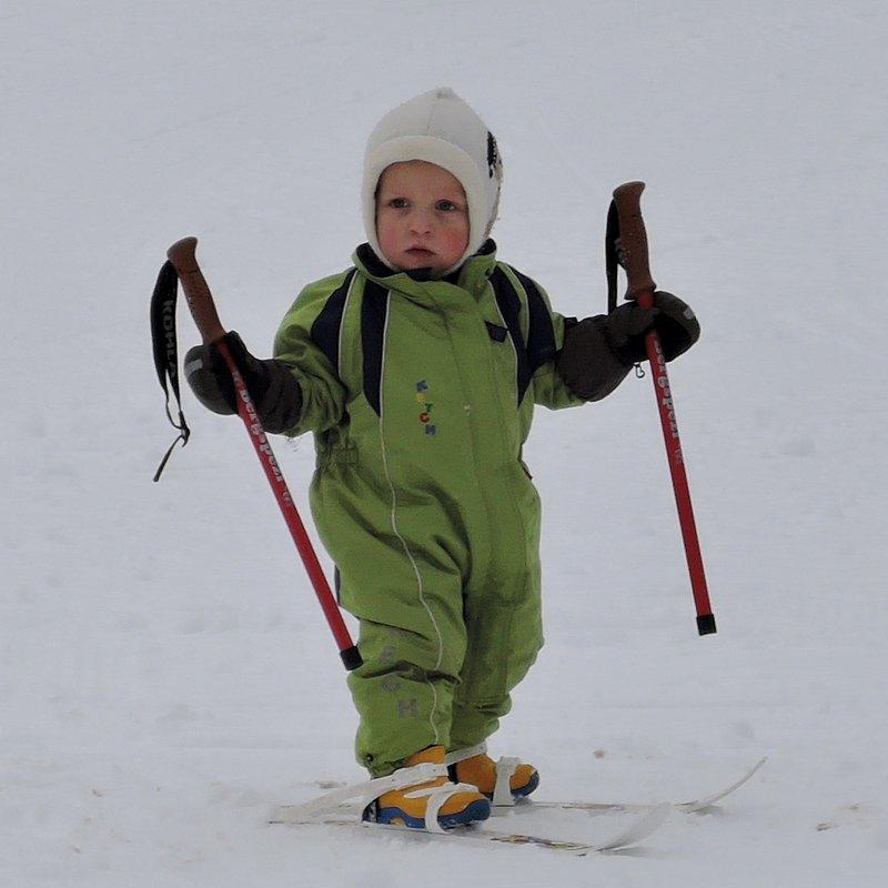 Ein sehr junger Schifahrer