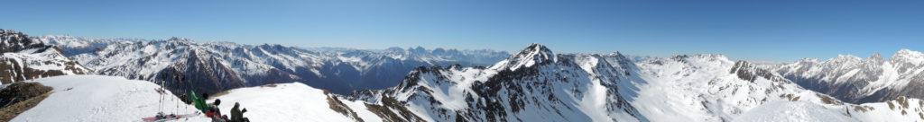 Panorama vom Hinterbergkofel: vom Großglockner über die Dolomiten bis zur Roten Wand und der Riesenfernergruppe